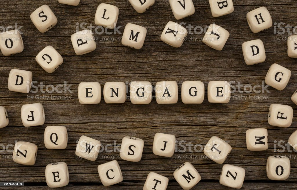 Word s'engager écrit le bloc de bois - Photo