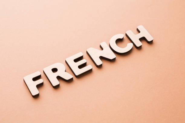 wort französisch auf beige hintergrund - kreuzworträtsel lexikon stock-fotos und bilder