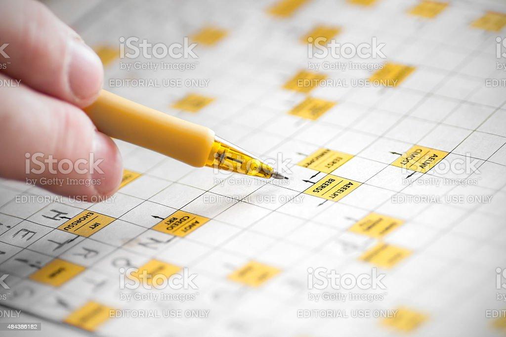 Spiel Mit Wörtern Mit Stift Und Finger Closeup Auf Papier Stockfoto