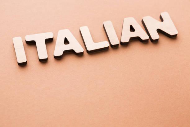 italienische wort auf beige hintergrund - kreuzworträtsel lexikon stock-fotos und bilder