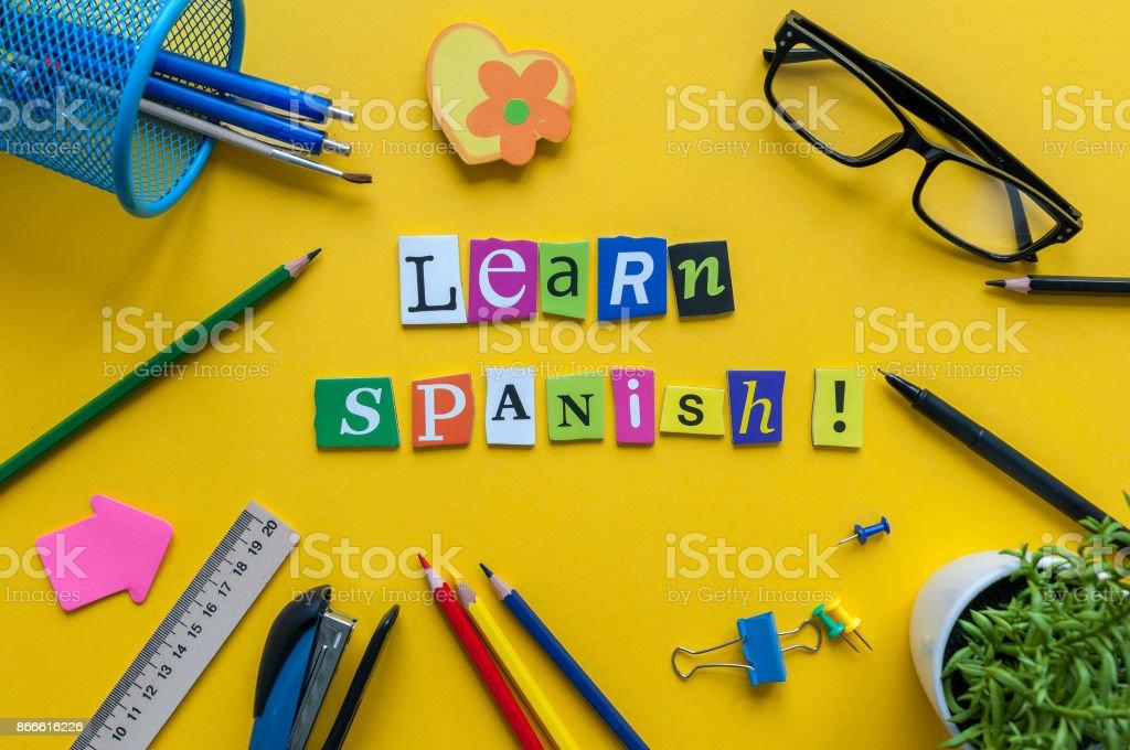 Mot apprendre espagnol faite avec des lettres découpées sur bureau
