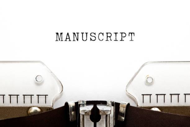 wort manuskript auf vintage schreibmaschine eingegeben - drehbuchautor stock-fotos und bilder