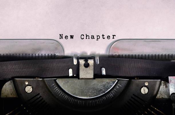 Novo capítulo de palavra digitado na máquina de escrever Vintage - foto de acervo