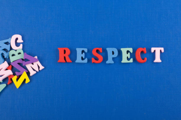 wort auf blauem hintergrund setzt sich aus bunten abc alphabet block holzbuchstaben, textfreiraum für anzeigentext zu respektieren. englische lernkonzept - kreuzworträtsel lexikon stock-fotos und bilder