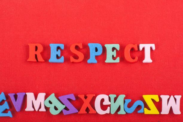 respect wort auf rotem hintergrund aus bunten abc-alphabet block holzbuchstaben, kopierplatz für anzeigentext. englisch konzept lernen. - kreuzworträtsel lexikon stock-fotos und bilder