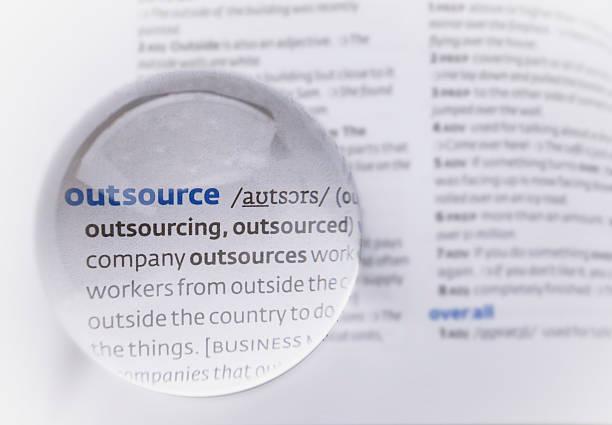 wort outsource - kündigung arbeitsvertrag stock-fotos und bilder