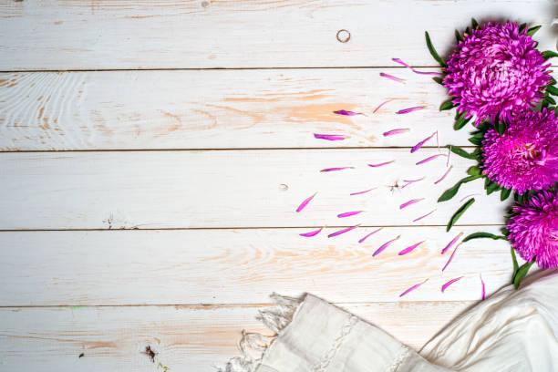 Mot se détendre avec une tasse de café et de fleurs roses - Photo