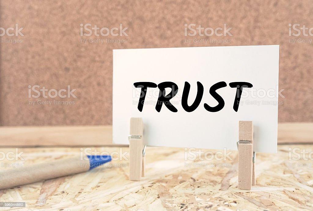 word trust on note paper wooden desk background vintage tone Lizenzfreies stock-foto