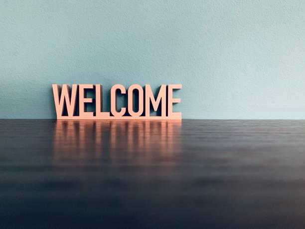 mot de bienvenue sur fond bleu - se saluer photos et images de collection