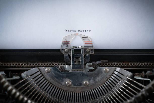 worte zählen auf schreibmaschine getippt - die wahrheit tut weh stock-fotos und bilder