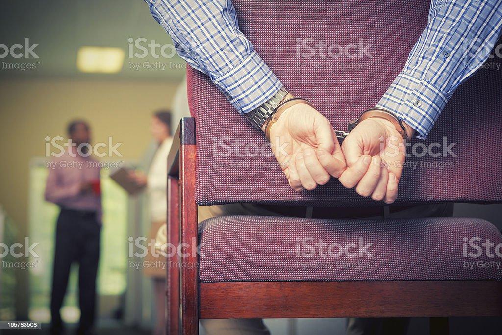 Sumisión de trabajo: Hombre de negocios con un pie atado al suelo en oficina contexto - foto de stock
