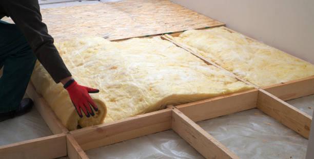 prace składające się z izolacji z wełny mineralnej w podłodze, izolacji ogrzewania podłogowego, ciepłego domu, ekologicznej izolacji, budowniczego w pracy - minerał zdjęcia i obrazy z banku zdjęć