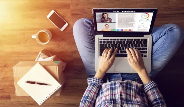 trabajar desde casa. personas que hacen videoconferencia con colega a través de un ordenador portátil durante la cuarentena en casa para evitar la transmisión de enfermedades del brote de covid-19 coronavirus. distancia social - trabajo freelance fotografías e imágenes de stock