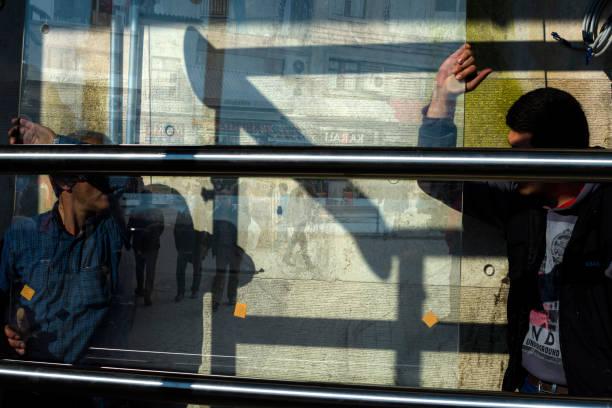 arbeit glaser ändern das glas im fenster. - fensterbauer stock-fotos und bilder