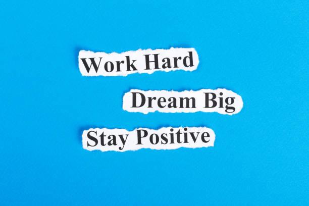 arbeiten sie hart daran, dream big, bleiben positive text auf papier. word work hard, dream big, bleiben positiv auf zerrissenes papier. konzept-bild - bedeutungsvolle zitate stock-fotos und bilder