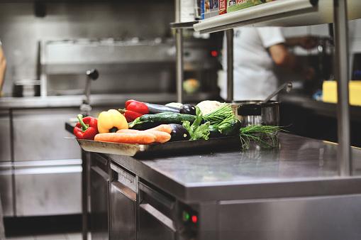 Arbeit In Der Küche Vegetable Barley Soup Und Formula One Grand Prix Stockfoto und mehr Bilder von Erwachsene Person
