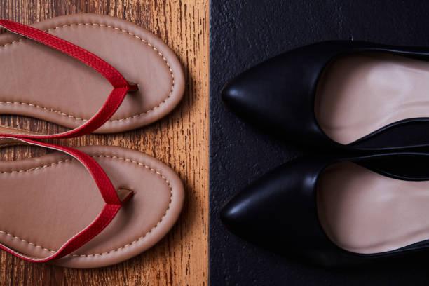 konzept zur work life balance-wahl: farbige sandalen oder flipflops und strenge schwarze büroschuhe - flip flops reparieren stock-fotos und bilder