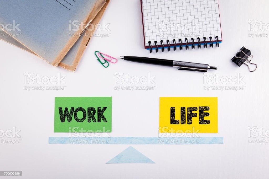 Work-Life-Balance-Konzept. Papier-Skala auf einen weißen Tisch – Foto