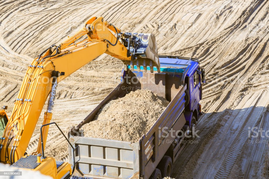 採石場での掘削機の作業。砂を読み込んでいます。 ロイヤリティフリーストックフォト