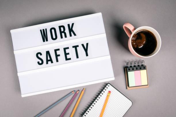 Arbeitssicherheit. Text im Leuchtkasten – Foto