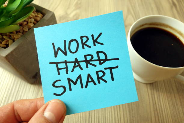 arbeit smart - motivierende erinnerung handschriftlich auf haftnotiz - fähigkeit stock-fotos und bilder