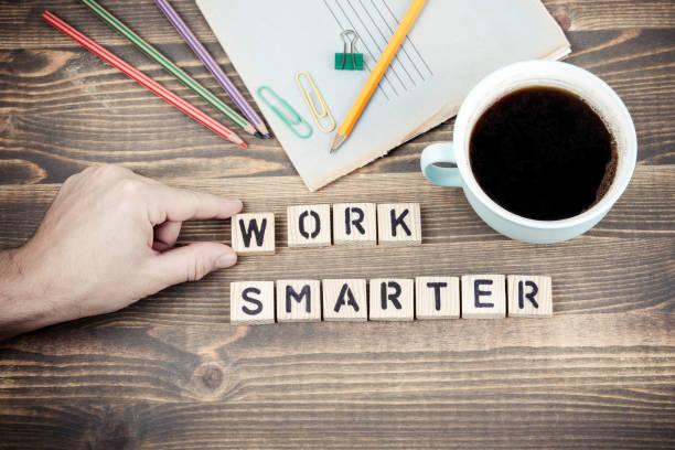 Intelligenteres Arbeiten. Holzbuchstaben auf den Schreibtisch – Foto