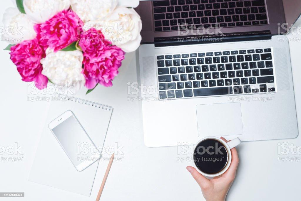 Werk ruimte laptop GSM koffie peony - Royalty-free Bedrijfsleven Stockfoto