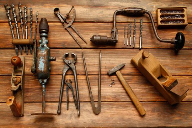 diy-tool vintage tischlerwerkzeuge auf rustikalen holztisch, hand-werkzeug zu arbeiten - schnitzmesser stock-fotos und bilder