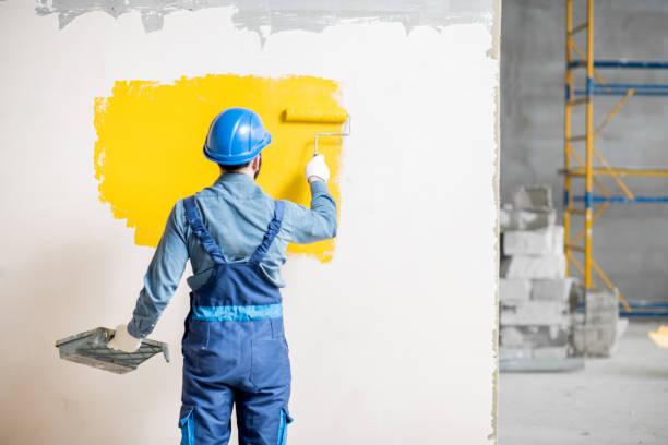 workamn malerei wand im innenbereich - künstler stock-fotos und bilder