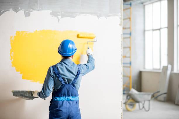 workamn malowanie ściany wewnątrz - malarstwo zdjęcia i obrazy z banku zdjęć
