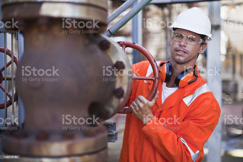Arbeiter anpassen gauge in Ölraffinerie – Foto