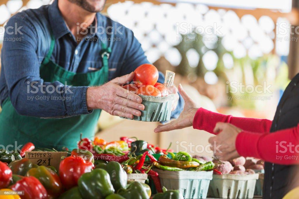 Arbeiter am Bauernmarkt Tomaten an Kunden zu verkaufen – Foto