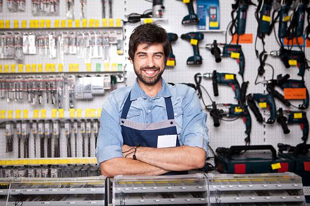 arbeiter in hardware store - baumarkt stock-fotos und bilder