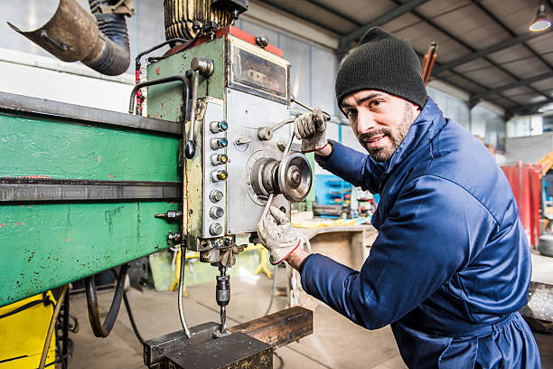Arbeiter im Fräse in Werkstatt. – Foto