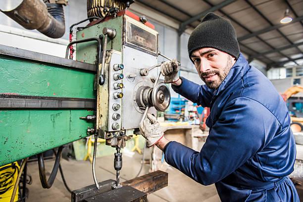 作業を粉砕機のワークショップにご参加ください。 - 金属工 ストックフォトと画像