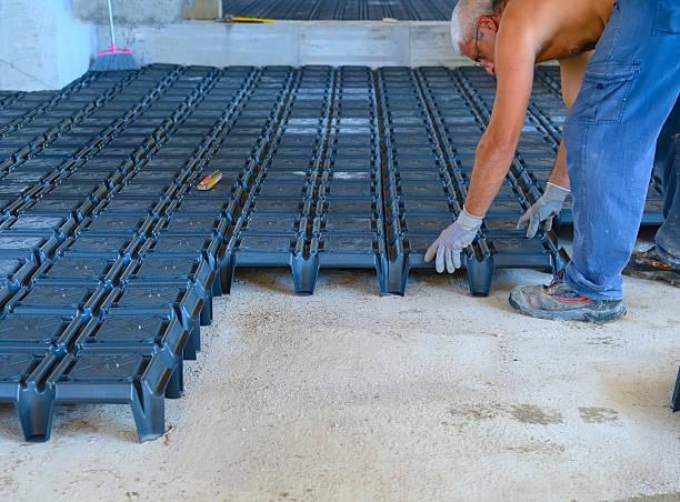 worker building ventilated crawl spaces, - kruipruimte stockfoto's en -beelden