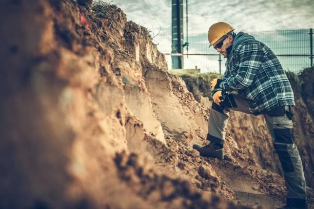arbetstagare kontrollera på en jord - geologi bildbanksfoton och bilder