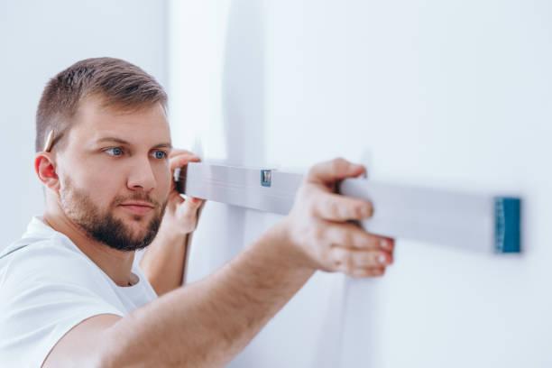Travailleur en vérifiant le mur - Photo