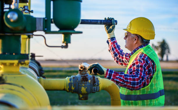 Arbeitsventile an den Kraftstoffversorgungssystemen. Industriebegriff – Foto