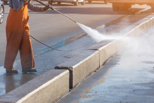 işçi yakıt yüksek basınçlı yıkayıcı kir, asfalt yol sınırı sıçraması ile driveway temizleme. yüksek basınçlı temizleme. - yıkamak stok fotoğraflar ve resimler