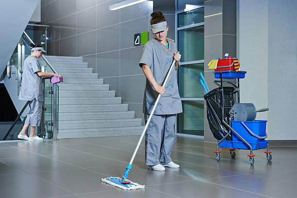 Arbeitnehmer, die Reinigung Etage mit Maschine – Foto