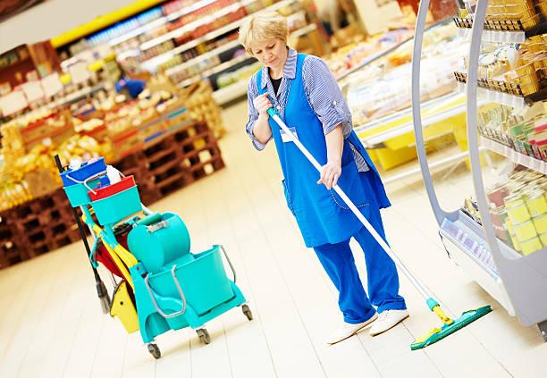 Arbeitnehmer Reinigung Boden mit mop – Foto