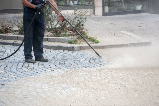 worker, cleaning the streets with a breeze of air - idropulizia ad alta pressione foto e immagini stock