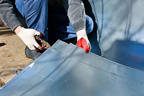 arbeiter-edelstahl blatt metall schneiden schere - blech stock-fotos und bilder