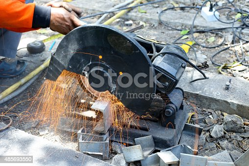 istock worker cutting metal  with saw disk 485693550