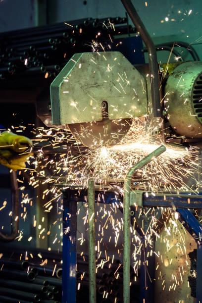 arbeiter schneiden stahlrohr mit einem flammpunkt von funken - europäisch geschliffene diamanten stock-fotos und bilder