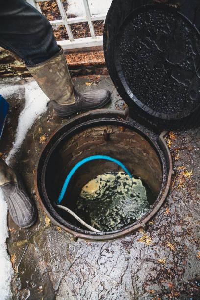 arbeiter gesichter öffnen kanalisation gut - kabelschuhe stock-fotos und bilder