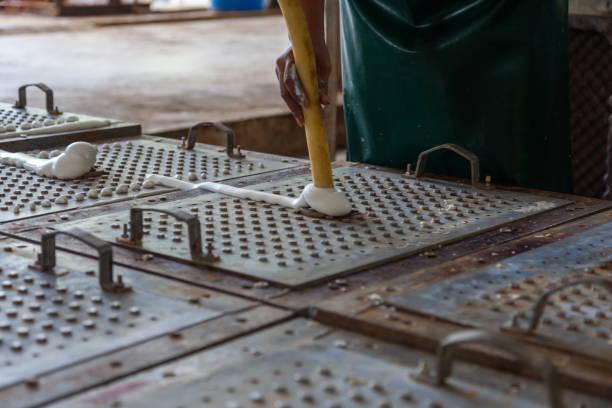 공장에서 고무 라텍스 베개와 노동자 채우기 금속 금형 스톡 사진