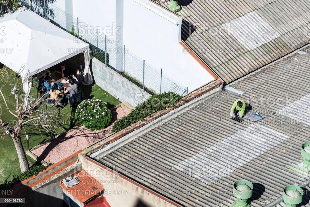 Trabajador Fijando Una Fuga De Agua En Un Techo Foto De