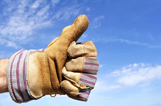 arbeiter geben die daumen-up-schild - arbeitshandschuhe stock-fotos und bilder